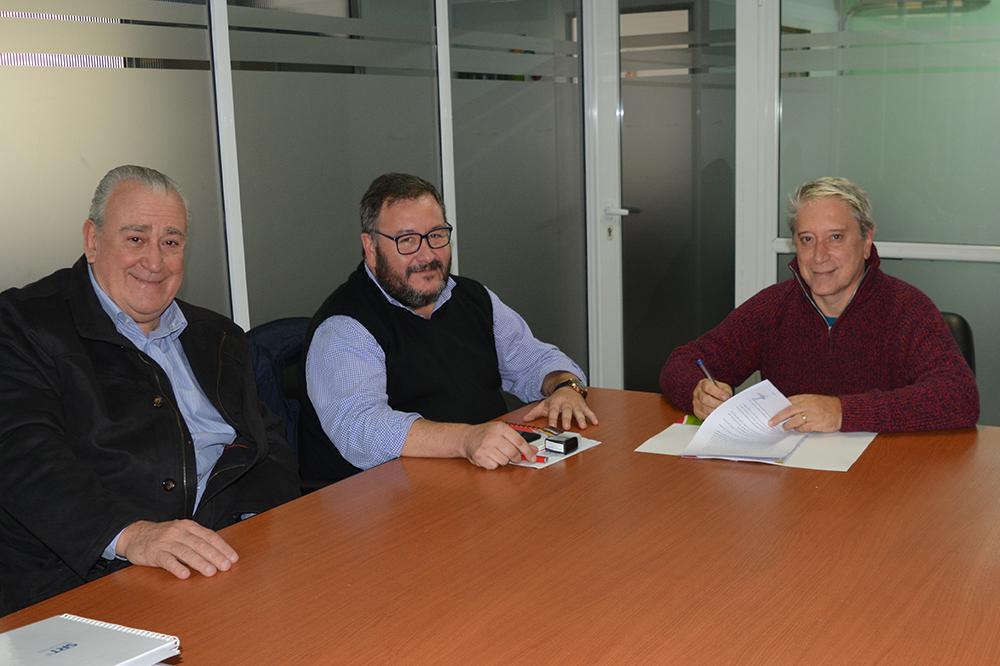 Carlos Felice en oficina de UTTA